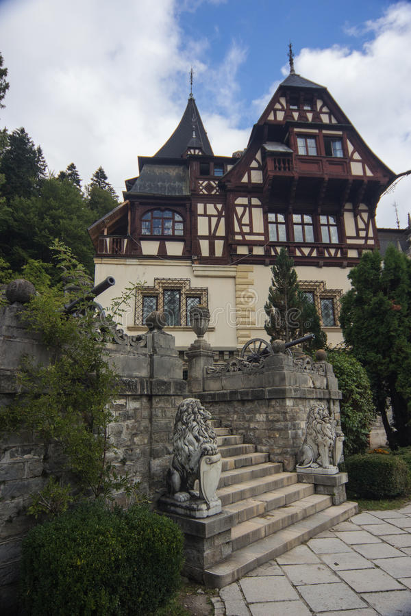 Visión cercana en la parte del castillo de Peles, Sinaia, Rumania, Europa imagen de archivo libre de regalías