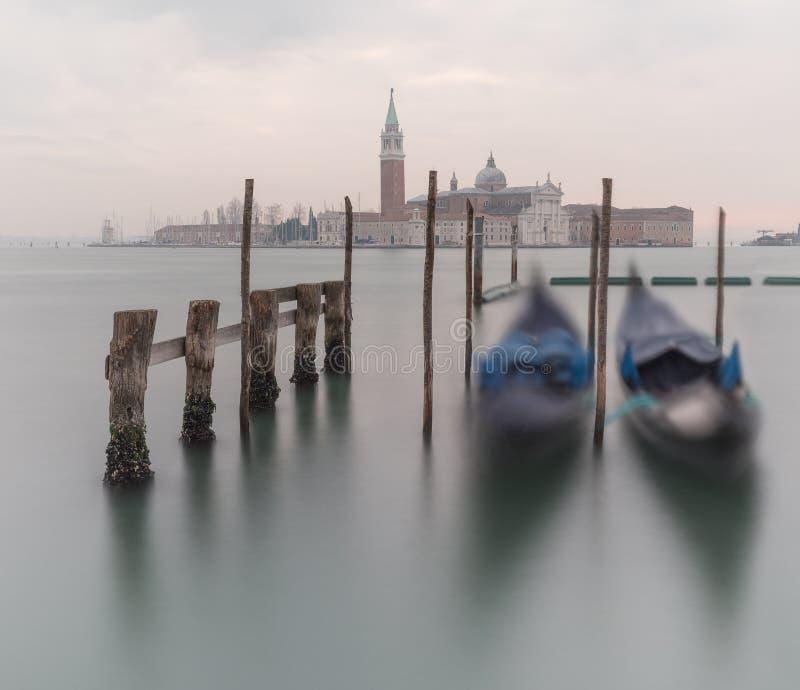 Visión con las góndolas de la plaza San Marco en Venecia en el amanecer imágenes de archivo libres de regalías