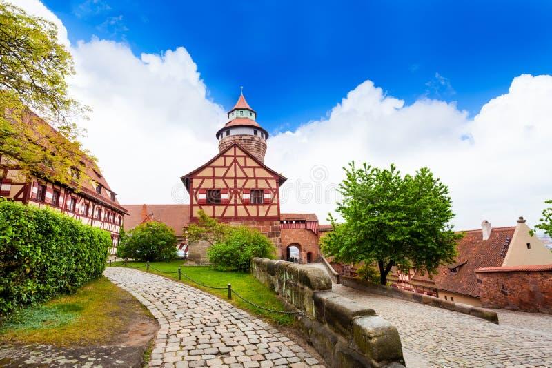 Visión con Sinwellturm en Kaiserburg, Nuremberg foto de archivo