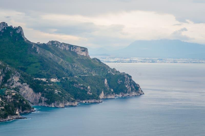 Visión costera vista de la terraza del dell 'Infinito, chalet Cimbrone, pueblo de Ravello, costa del infinito o de Terrazza de Am foto de archivo