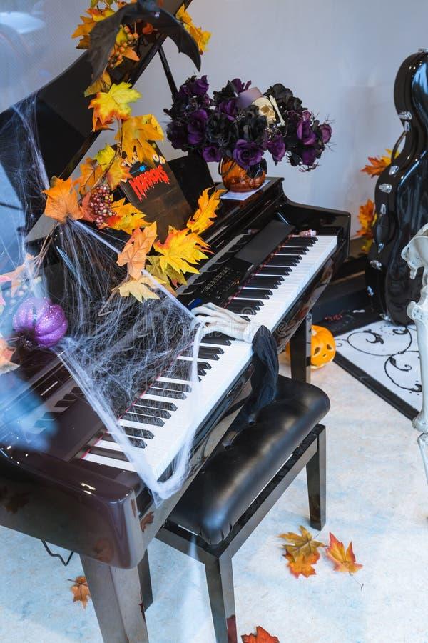 Visión de teatro de invitación asombrosa, decoración de Halloween con la mano de muertos asustadiza divertida que minimiza el pia fotos de archivo libres de regalías