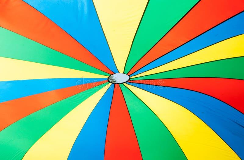 Visión debajo del toldo de paracaídas multicolor imágenes de archivo libres de regalías
