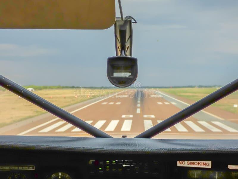 Visión dentro de la cabina experimental al aeródromo imagenes de archivo