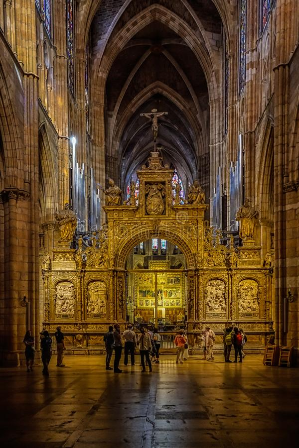 Visión dentro de Leon Cathedral foto de archivo