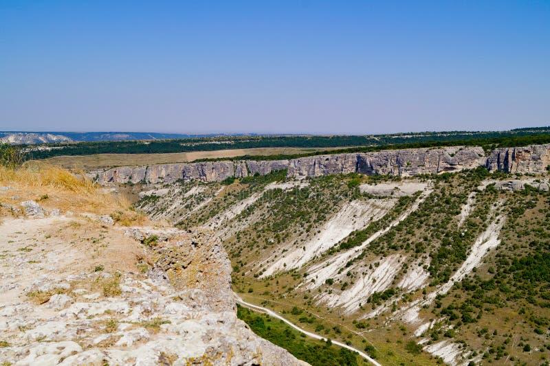 Visión desde arriba de la garganta, Chufut-col rizada, Bakhchisarai, Crimea imagen de archivo libre de regalías