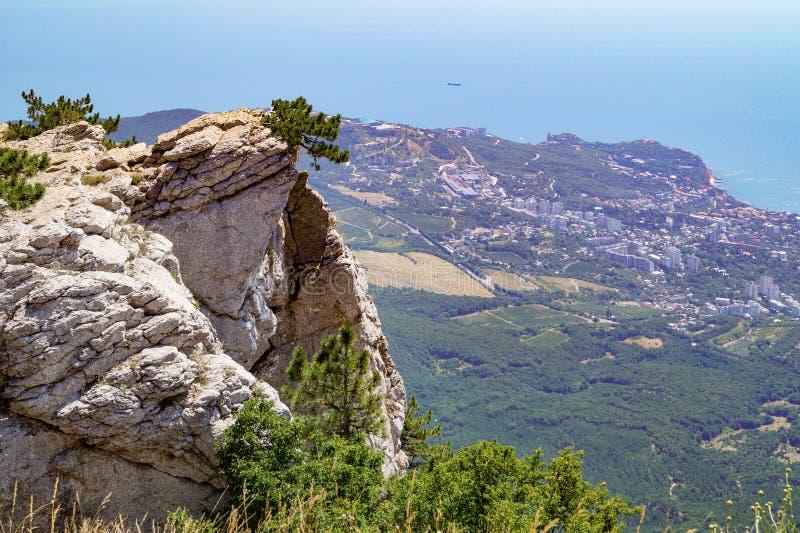 Visión desde arriba de la montaña de Ai-Petri a la ciudad costera y al Mar Negro crimea fotografía de archivo libre de regalías