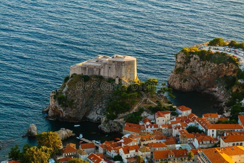 Visión desde arriba de la montaña de Srdj al fuerte de St Lawrence en la ciudad vieja en Dubrovnik, Croacia imagenes de archivo