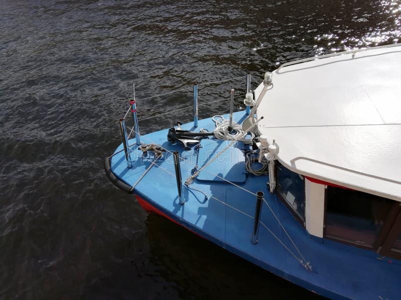 Visión desde arriba de la nariz del barco, yate foto de archivo