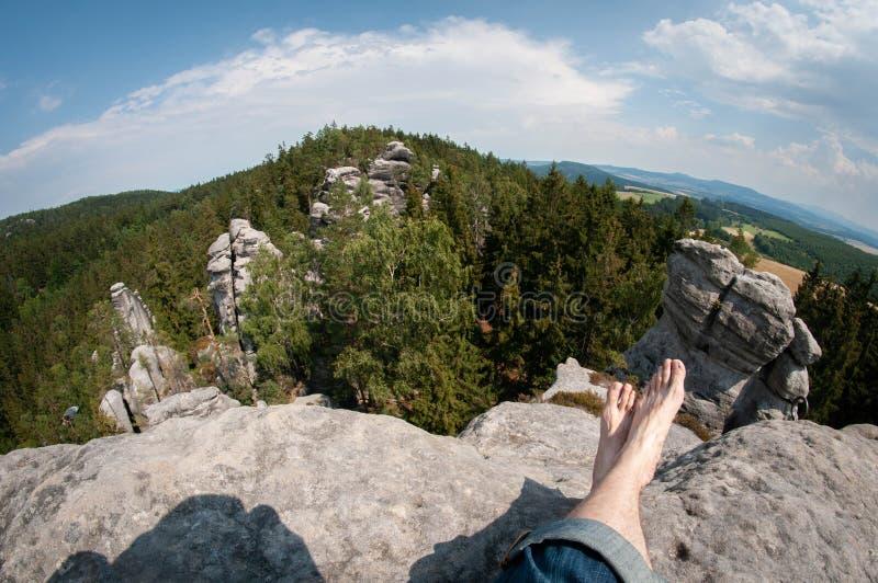 Visión desde arriba de la roca con las piernas, vistas de las rocas fotografía de archivo libre de regalías