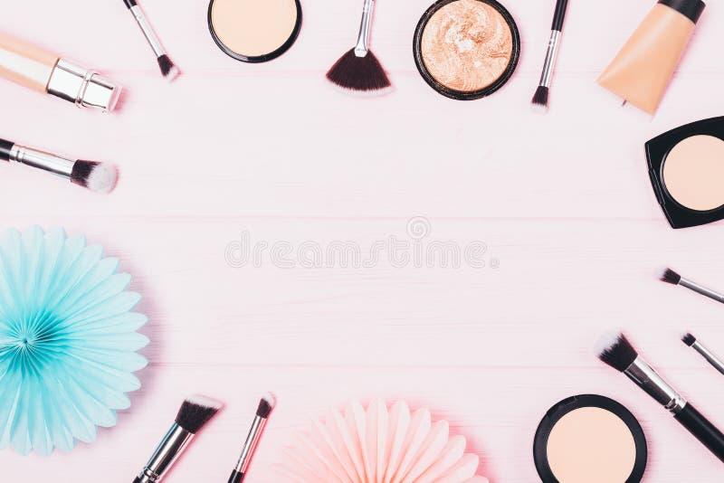 Visión desde arriba de los cosméticos para incluso la tez y la piel que enmascara imagen de archivo libre de regalías