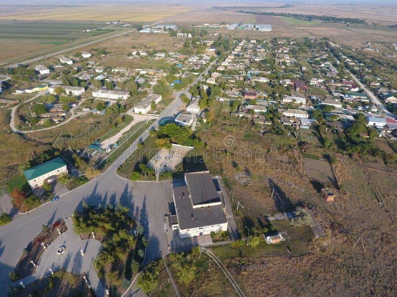 Visión desde arriba del pueblo Casas y jardines Campo, paisaje rústico Montaña aérea de Photography fotos de archivo libres de regalías