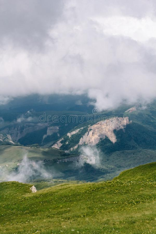 Visi?n desde arriba del thach grande de la monta?a Un valle es visible en el hueco entre las nubes foto de archivo