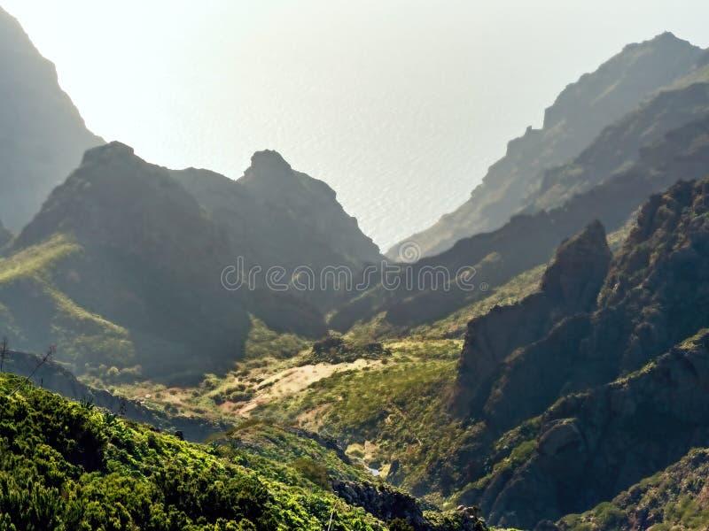 Visión desde arriba en las montañas de Masca, en las montañas de Teno en Tenerife imagenes de archivo
