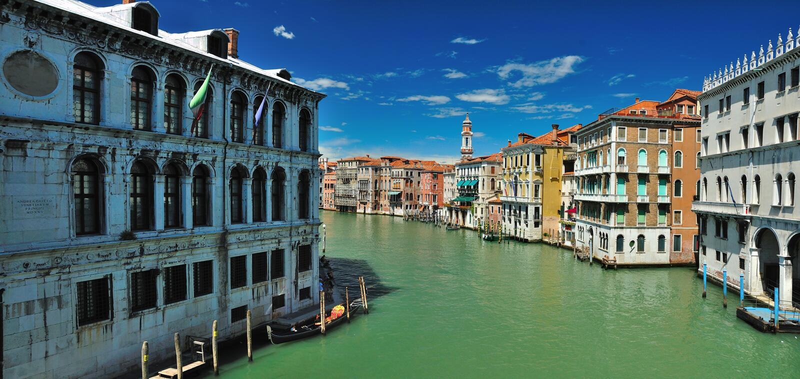 Visión desde Bridge Ponte di Rialto en Venecia fotografía de archivo