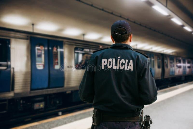 Visión desde detrás de un policía portugués fotos de archivo libres de regalías