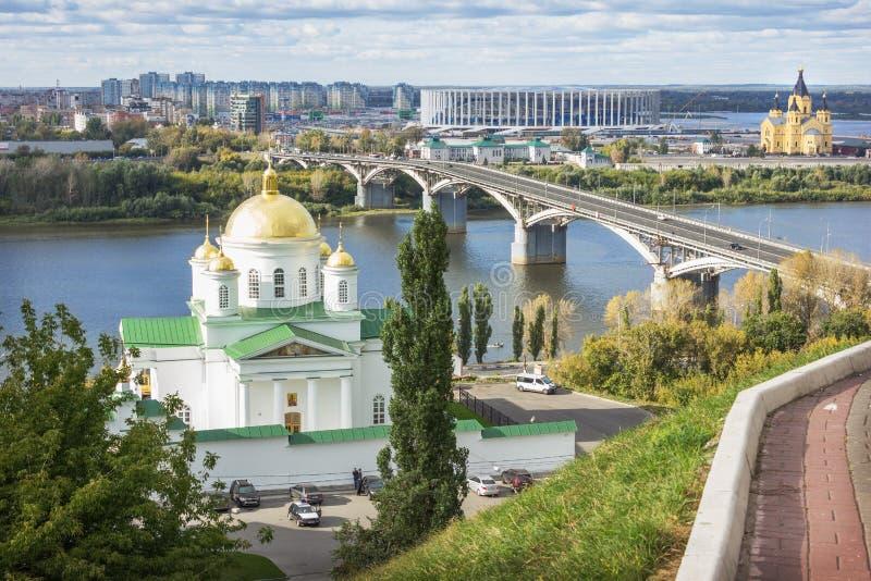 Visión desde el alto banco del río de Oka en el puente de Kanavinsky en Nizhn foto de archivo