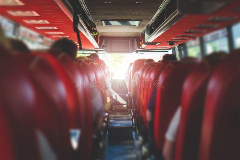 Visión desde el asiento trasero en un autobús Gente que se sienta en un coche fotos de archivo