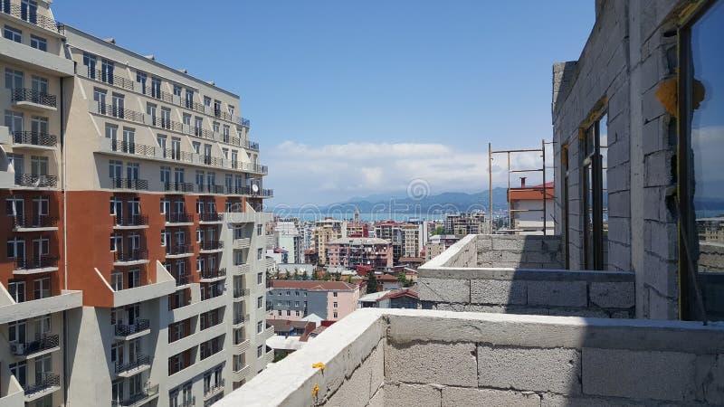 Visión desde el balcón del edificio de la nueva construcción en Georgia imagenes de archivo