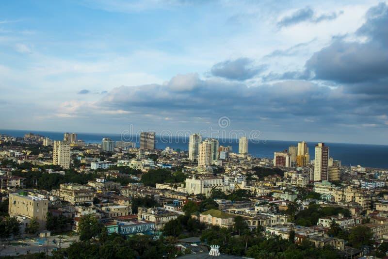 Visión desde el balcón del hotel de La Habana en Cuba, en el fondo usted puede ver el mar separado por el paseo marítimo imagen de archivo