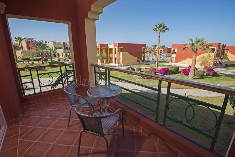 Visión desde el balcón del sitio tropical de lujo del centro turístico del hotel imagenes de archivo