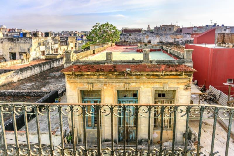 Visión desde el balcón en el tejado del bui viejo, dilapidado, escamoso fotografía de archivo libre de regalías