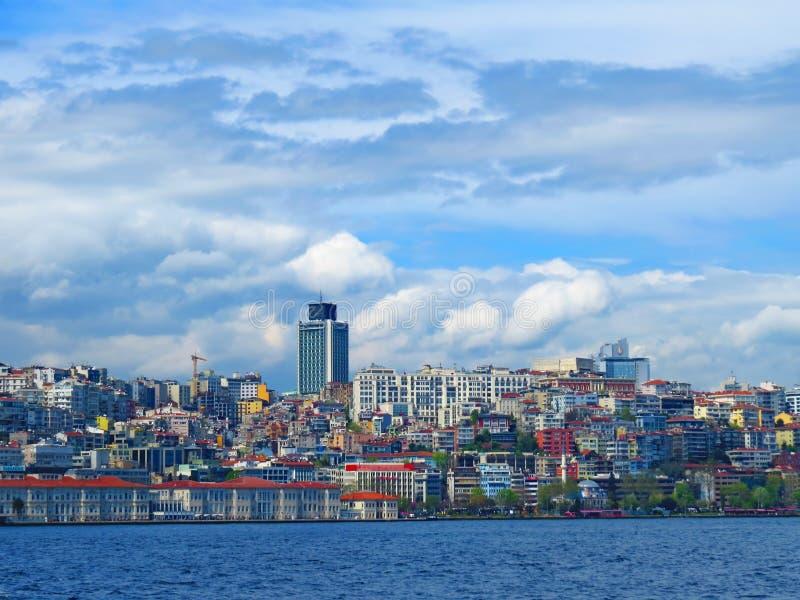 Visión desde el Bosphorus al lado europeo de Istambul fotos de archivo libres de regalías
