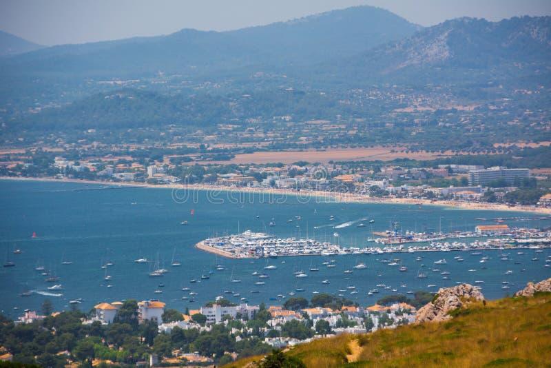 Visión desde el cabo Formentor en la ciudad imagenes de archivo