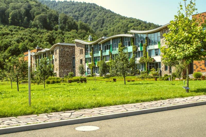 Visión desde el camino a los edificios académicos en la universidad internacional en Dilijan, rodeado por el bosque fotografía de archivo