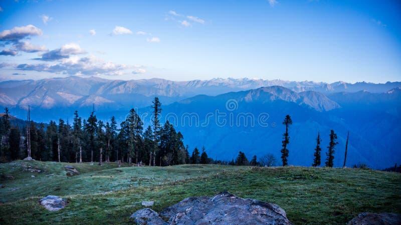 Visión desde el campo bajo de Kedarkantha - niebla de la madrugada foto de archivo libre de regalías