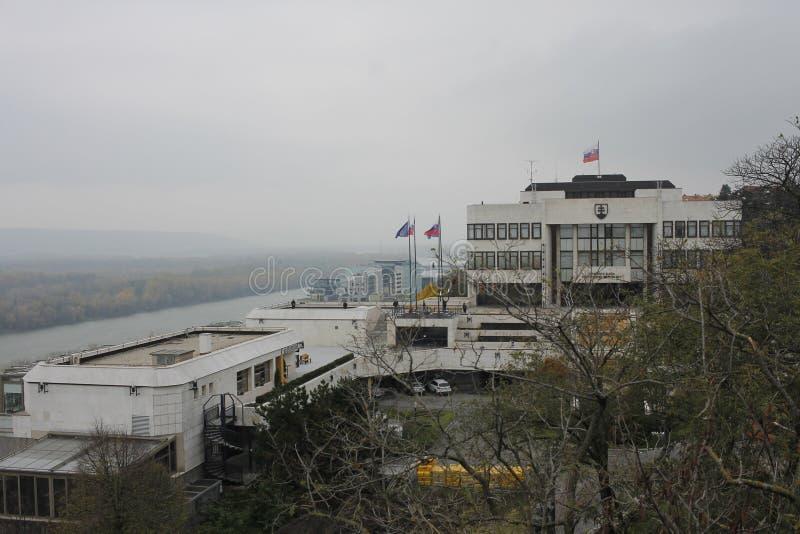 Visión desde el castillo al palacio eslovaco del parlamento imágenes de archivo libres de regalías