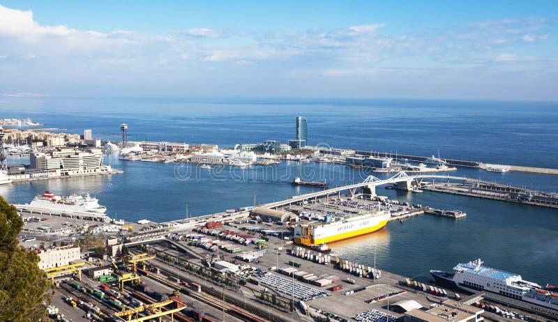 Visión desde el castillo de Montjuic del puerto de Barcelona atracado con las naves foto de archivo