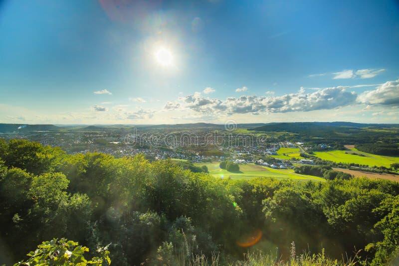 Visión desde el castillo Wolfstein en Neumarkt en el der Oberpfalz foto de archivo libre de regalías