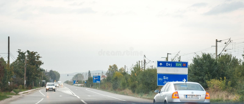 Visión desde el coche en la muestra rumana de Jucu Nokia de la carretera fotografía de archivo libre de regalías