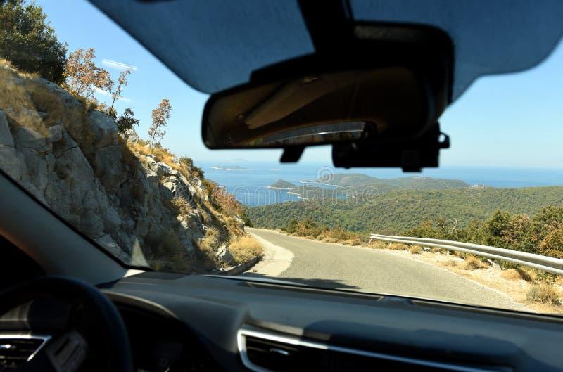 visión desde el coche a través del parabrisas camino en la isla, serp fotos de archivo libres de regalías