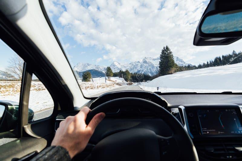 Visión desde el driver& x27; asiento de s sobre las montañas en Austria imagen de archivo