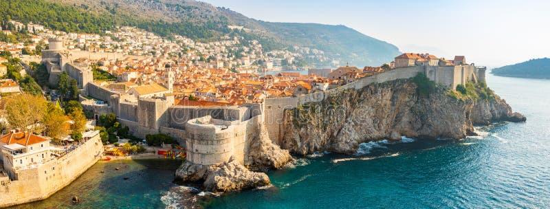 Visión desde el fuerte Lovrijenac a la ciudad vieja de Dubrovnik en Croacia en la luz de la puesta del sol fotografía de archivo libre de regalías