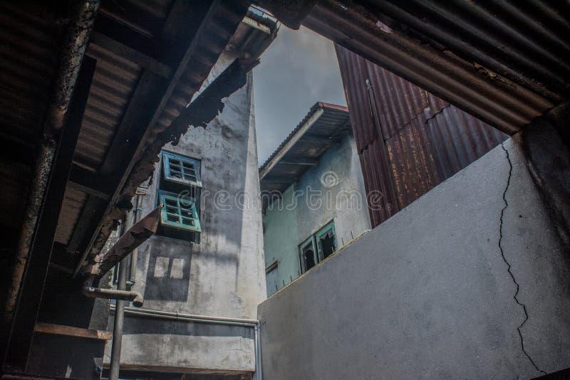 Visión desde el interior de la casa quemada fotografía de archivo