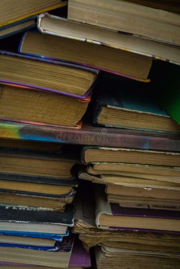 Visión desde el lado de una pila de libros viejos