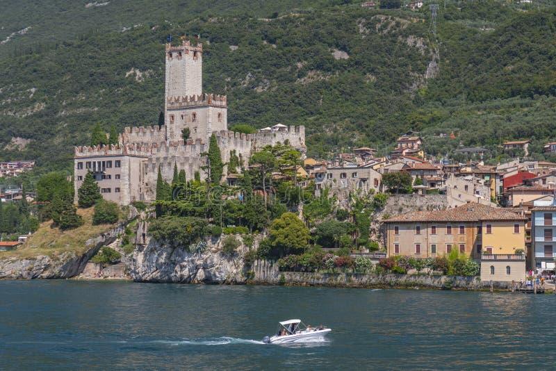 Visión desde el lago Garda en Malcesine con el castillo de Scaliger, Malcesine, Lombardía, Italia fotografía de archivo