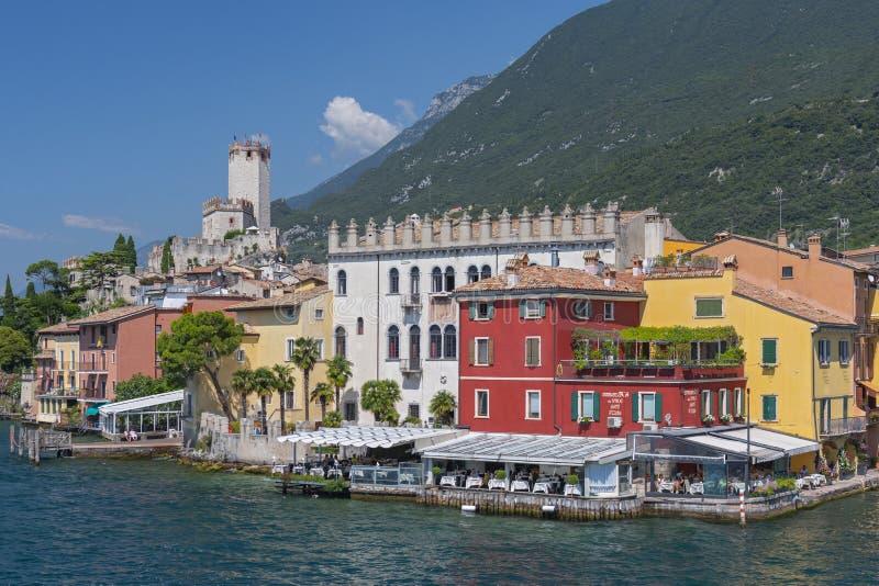 Visión desde el lago Garda en Malcesine con el castillo de Scaliger, Malcesine, Lombardía, Italia fotografía de archivo libre de regalías
