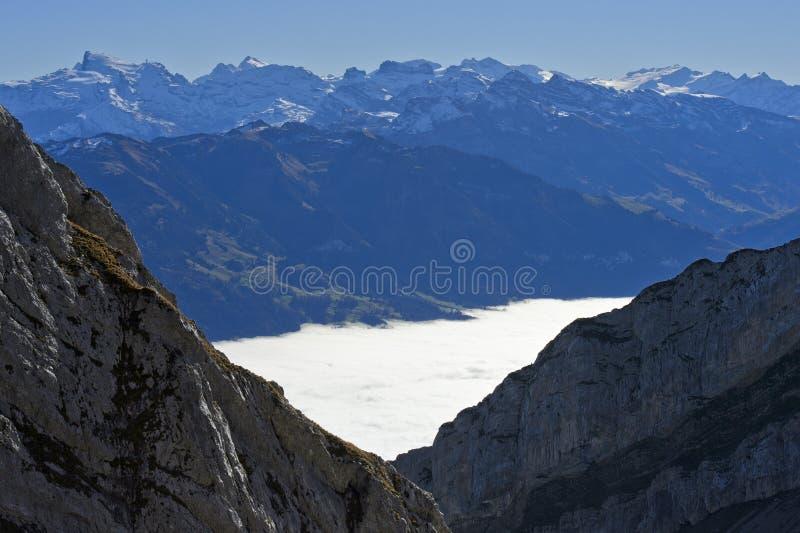 Visión desde el macizo de Pilatus a través del mar otoñal de la niebla al pico de Titlis imágenes de archivo libres de regalías