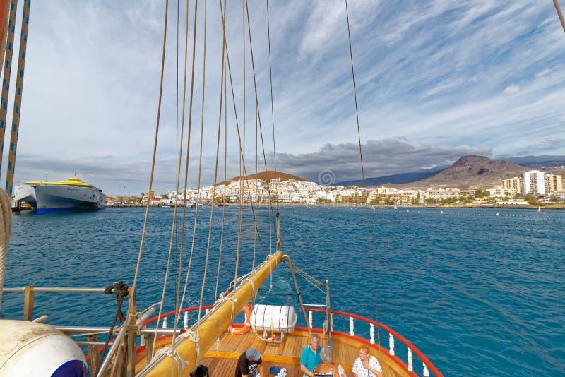 Visión desde el mar de la bahía del Los Cristianos, Tenerife, España fotos de archivo libres de regalías