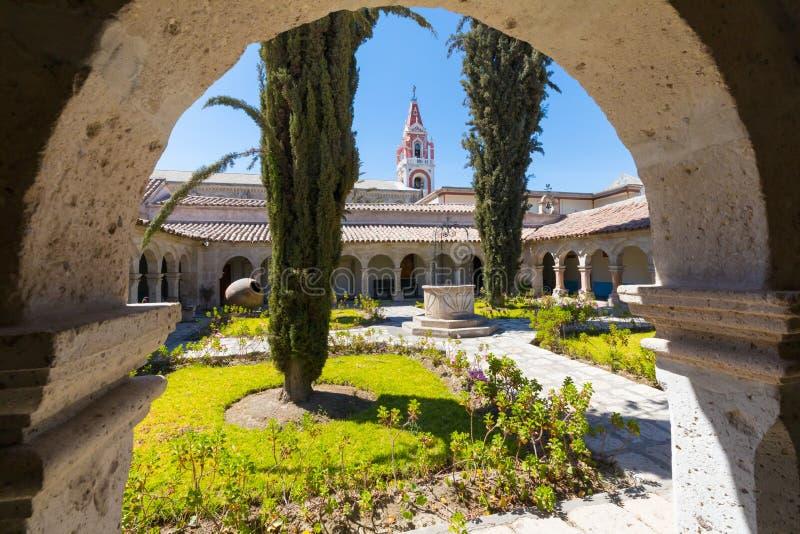 Visión desde el monasterio Arequipa Perú de Recoleta del La del pórtico fotografía de archivo