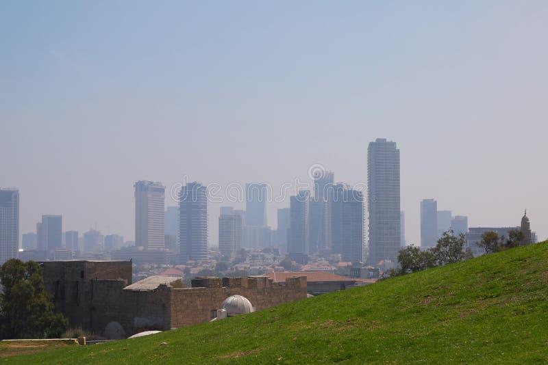 Visión desde el parque de Abrasha en Jaffa a los rascacielos en Tel Aviv, Israel imágenes de archivo libres de regalías