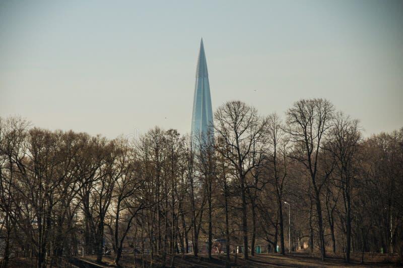 Visión desde el parque a la construcción foto de archivo libre de regalías