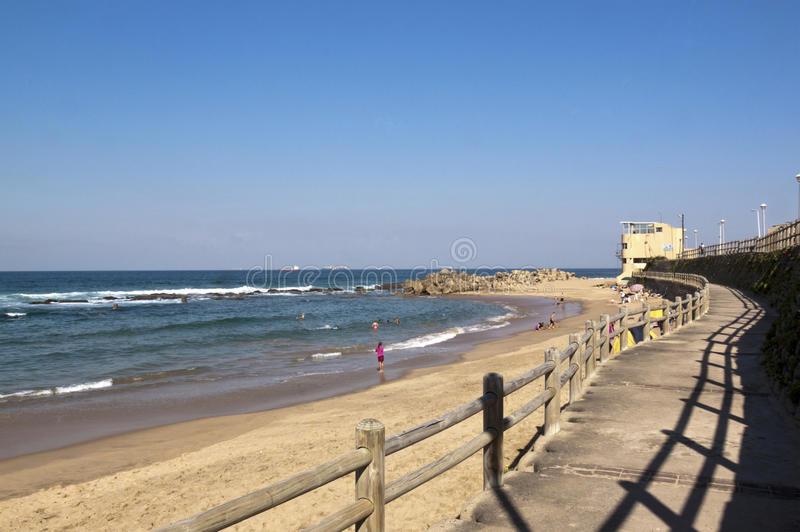 Visión desde el paseo marítimo en la playa de Umdloti, Durban, Suráfrica imagen de archivo libre de regalías