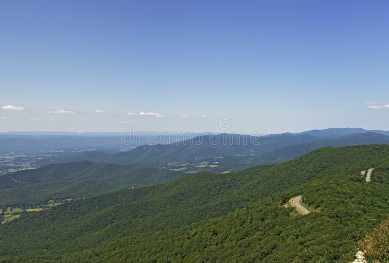 Visión desde el pequeño puesto de observación pedregoso del hombre, parque nacional de Shenandoah foto de archivo libre de regalías
