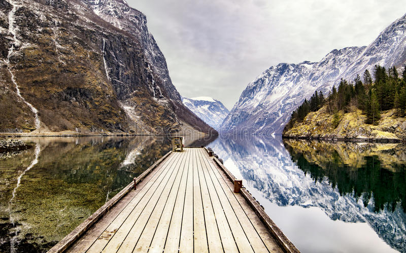 Visión desde el pueblo de Gudvangen hacia el fiordo, Noruega fotografía de archivo