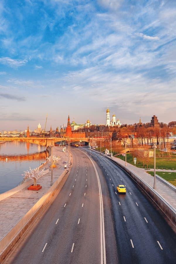 Visión desde el puente altísimo del parque Zaryadie en el terraplén de Moskvoretskaya imagen de archivo