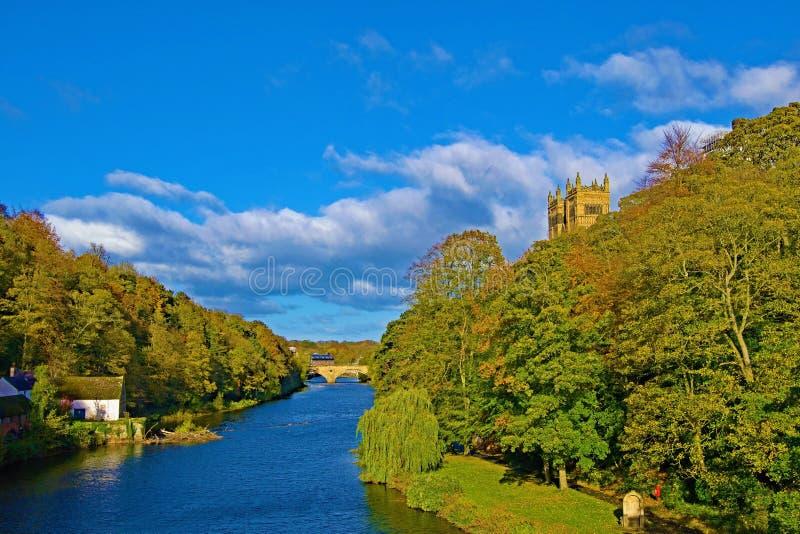 Visión desde el puente de la catedral de Durham, del río y de la casa de la escuela vieja fotos de archivo libres de regalías